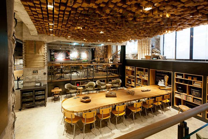 坐落在阿姆斯特丹林布兰广场一座历史悠久商铺,这里是一个多层次的空间并充斥着回收和当地材料; 墙壁两旁的仿古砖,自行车内胎,和木制模具,改变用途的荷兰橡木被用来做凳子,桌子,和起伏的天花板浮雕组成的1,876件分别锯成块。设计师采取了非常谨慎,以保留一些建筑原有的细节,例如20世纪20年代的大理石地板与暴露的混凝土。星巴克风格店始终坚持着一贯的作风,就是让这里成为一个个性,温馨且有文艺气质的店铺。